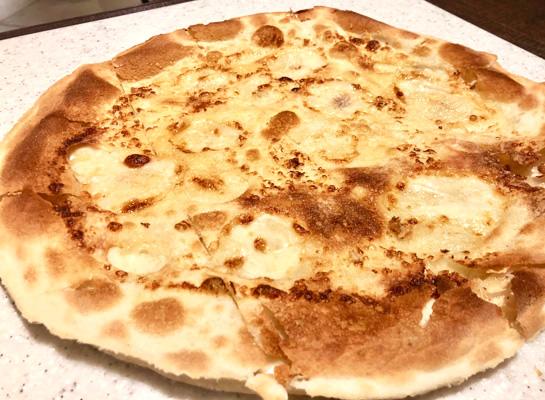 生地と生地の間にストラッキーノチーズをたっぷり入れたフォッカッチャ・ディ・レッコ!