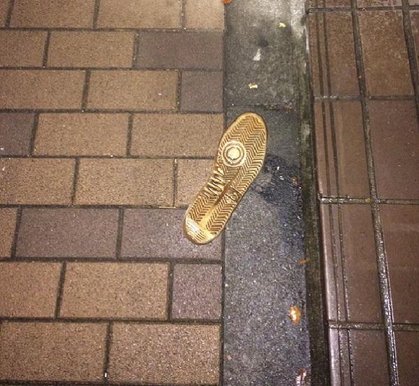 路上にて。「なぜかよく落ちているランキング」があったら確かに上位に入るのが靴底だ。(写真/ダーシマ)