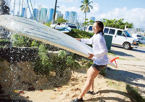 大好きなハワイでは趣味のサーフィンでリラックス。波に揺られながら自分を見つめなおした。(撮影/熊谷貫)