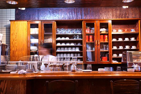 カウンターには一人客がひっきりなしに訪れる。目の前のサイフォンで入れるコーヒーができあがる様を見ているだけでも飽きない。