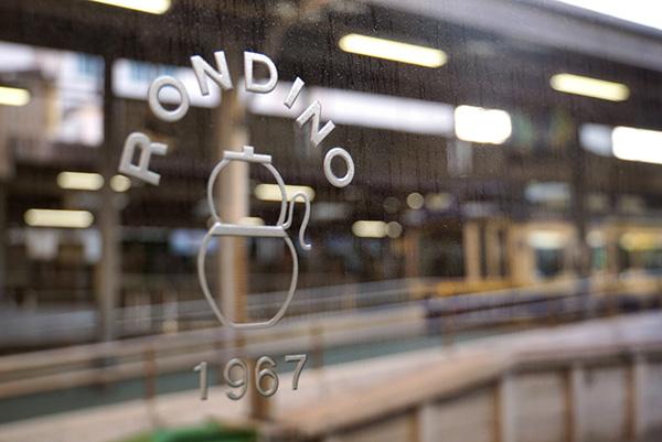 江ノ電の駅隣接ながら、店内は常連が思い思いにくつろぐ静かな時間が流れる。
