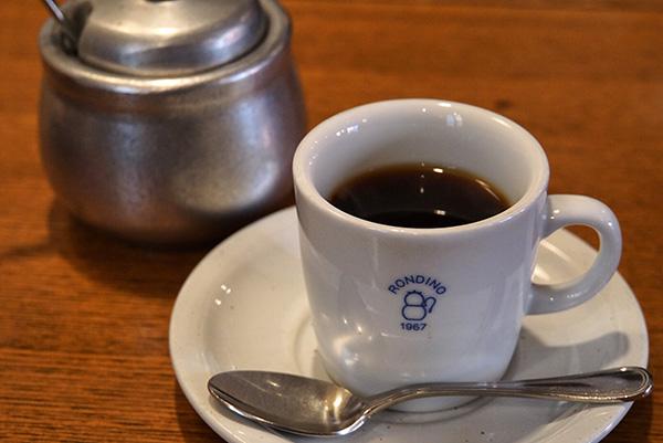 『ブレンドコーヒー』350円。注文が入ってから一杯ずつサイフォンで煎れる。「アルコールランプのサイフォンはガスと違って味が丸くなるんです」と店主の沖喜八重さん。