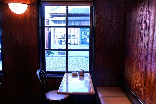 店内の家具も内装も57年前から変わらない。ゆっくりと年月を経た味わいを感じる内装。