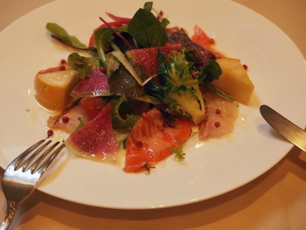 『海の幸のサラダ仕立て』松葉漁港直送の魚と、三浦の契約農家から届く野菜を彩り良く盛り込む。1,800円。