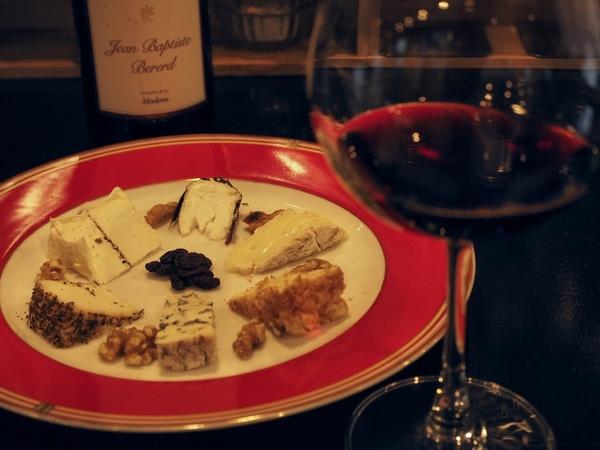"""『チーズプレート』2,800円。""""カマンベール・カドス""""や、""""フルム ダンベール(ルドルフ熟成)""""など食べごろのチーズをカットしてくれる。合わせたワインは『ジャン・バティスト』7,500円"""