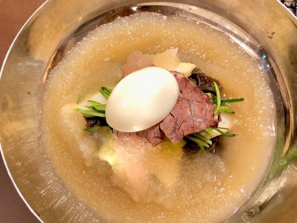 ゆで卵、チャーシュー、キュウリ、大根と具材はいたってシンプル。だからこそスープと麺の味が際立つ