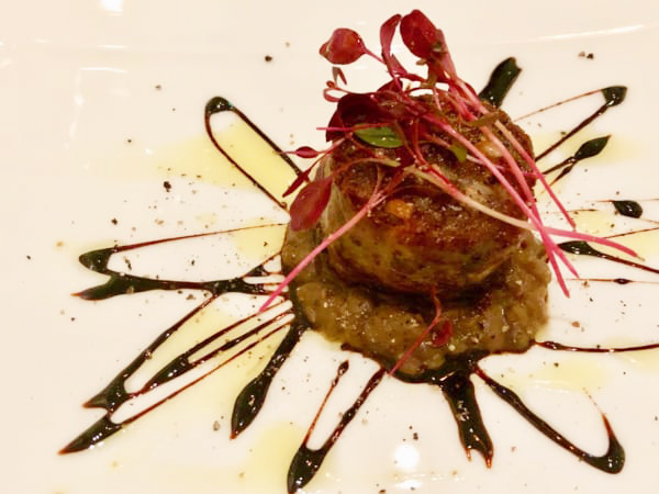モデナの郷土料理「コテキーノ(豚肉ソーセージ)」も盛り付けでモダンにしてしまうササモニコ