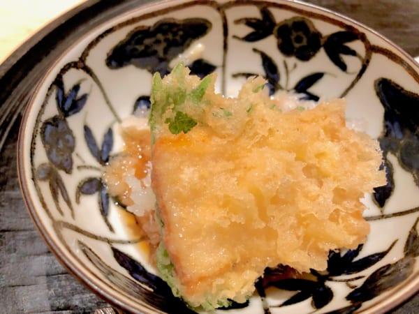 うっすらとピンクがかった太刀魚は紫蘇とともに揚げています