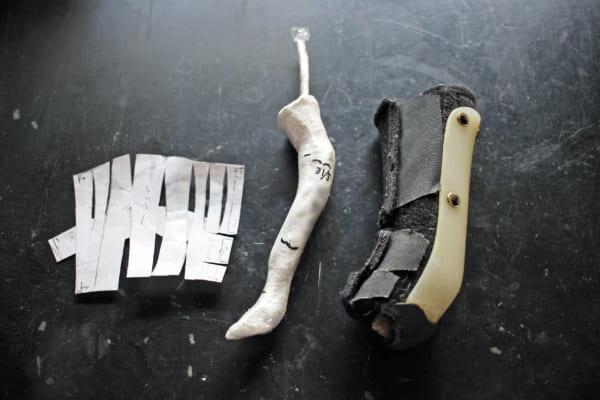 左から型紙、石膏、装具。約2年間使ってすり減った装具をこれから修理するところ