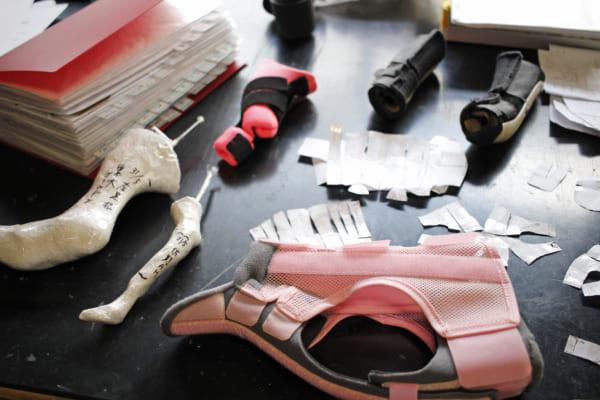 症状や体型に合わせてさまざまな義肢装具を製作している