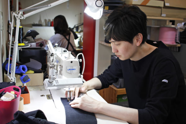 義肢装具はすべて島田さんやスタッフがミシンで縫っている