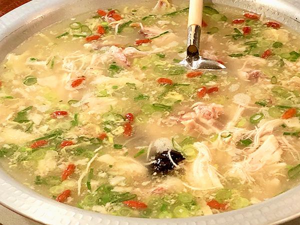 「韓味一の参鶏湯」は1人前1,600円で2人前からオーダーできます