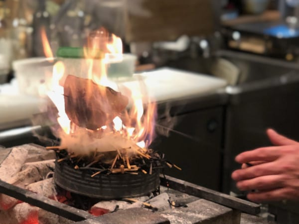 カツオが火だるまに! 藁の香りも纏っておいしくなるのだ!
