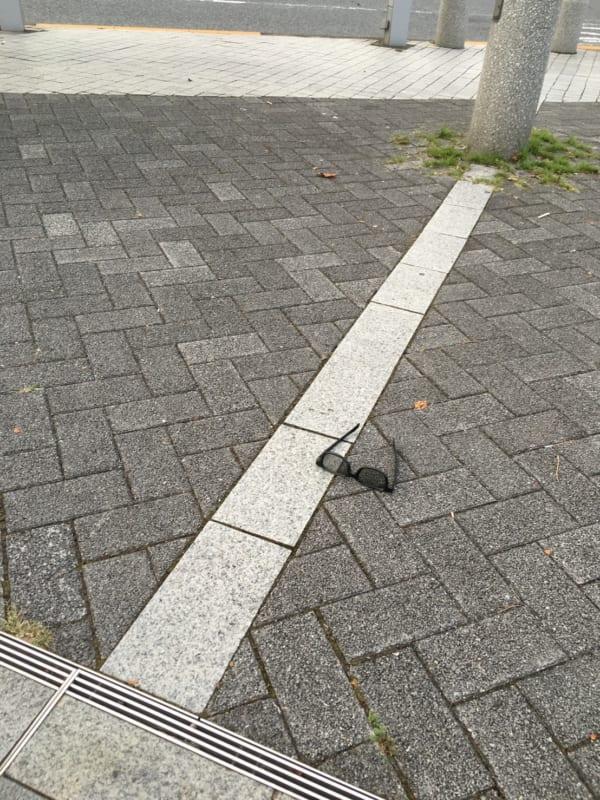 都内の路上にて発見した、サングラス。マーチンのもの、ではないようだ。(写真/ダーシマ)