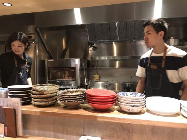 お店は料理の佐々木さん(左)、ソムリエの久保岡さん(右)とも話し上手なのでひとりでもご安心あれ