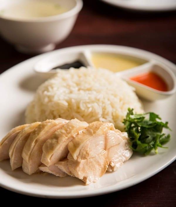 「海南鶏飯」はチキン、ライス、スープがついて、S/750円、M/950円、L/1,300円(ディナータイム)。写真はMサイズ