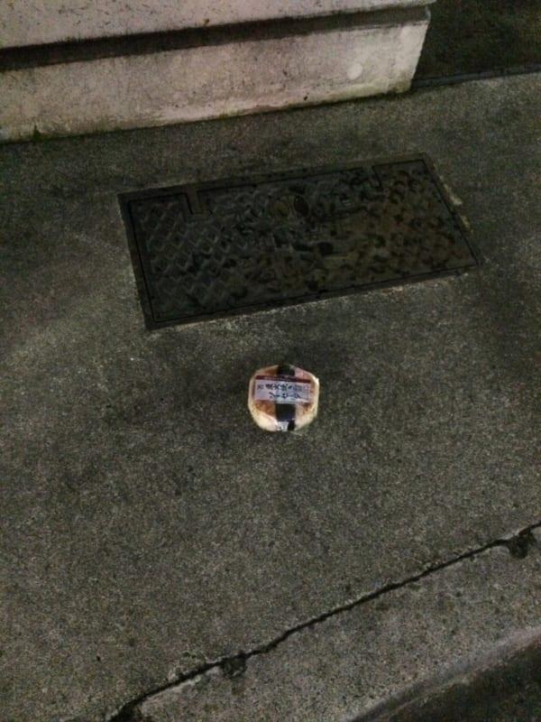 都内の路上にて発見したコンビニのおにぎり。最近はこうした変わりおにぎりも増えたものだが……。(写真/ダーシマ)