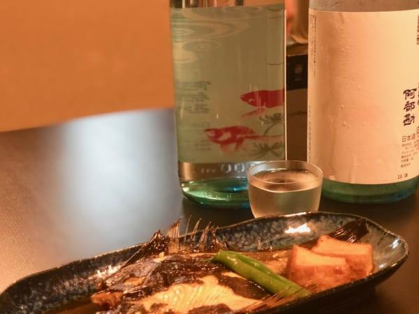 ラベルが楽しい宮城の阿部勘の夏酒「金魚」は変形した口の酒器で。どの部分で飲むかで味わいは無限大に変化する!