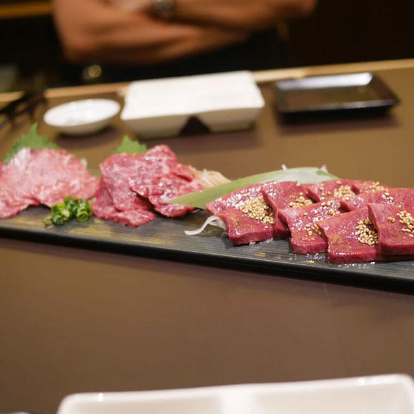 ハツ(心臓)、サガリ(横隔膜)、ツラミ(頬肉)の3種類の肉刺し盛り合わせ