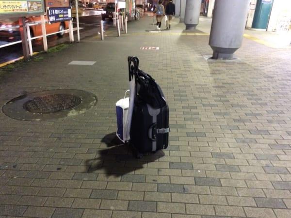 都内の路上にて発見した鞄。落とし物なのか、忘れ物なのか、置いてあるだけなのか、不審物なのか……。(写真/ダーシマ)