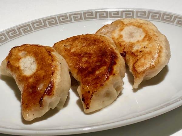 「を、三段活用」の第一段は餃子。プリップリでジューシーな餃子を高坂鶏のタレにつけます。これはおいしいに決まってます