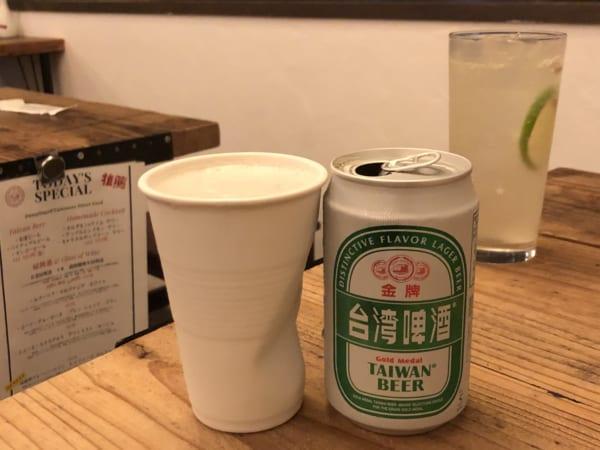 飲み物は冷蔵庫から自分で取ります。凹んだグラスまで可愛い!