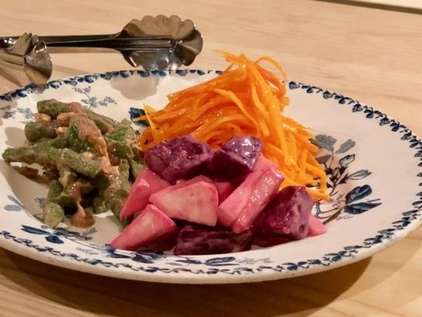 「お惣菜3種盛り合わせ(ビーツ、キャロットラペ、いんげん)」はおいしい色の組み合わせ