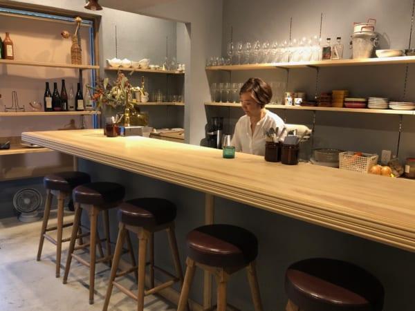 北欧テイストの店内はカウンター6席と2人掛けのテーブルが2つ、なんとも心地良い空間です