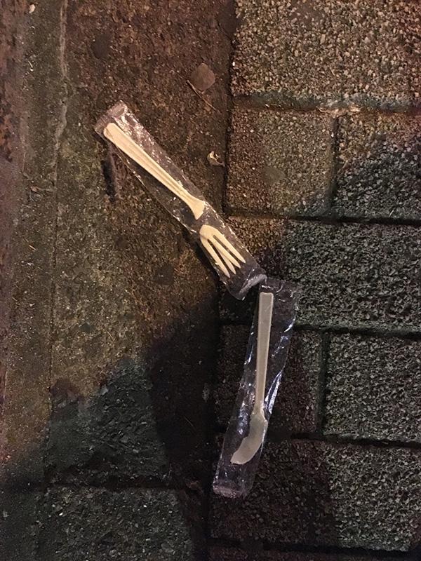 ある東京の街の夜の歩道にて。ただ落ちているだけではない。割れているのだ。(写真/ダーシマ)