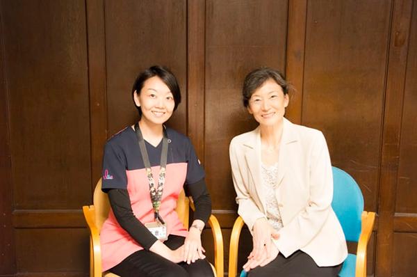 左から、聖路加国際病院形成外科医の名倉直美先生、篠田節子さん  撮影/chihiro.