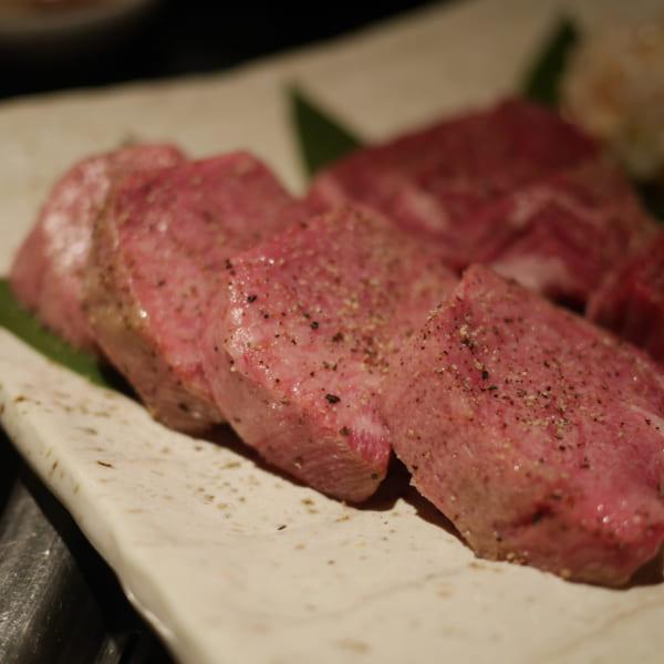 黒毛和牛の牛タン、厚切りタン元はさっくり食感