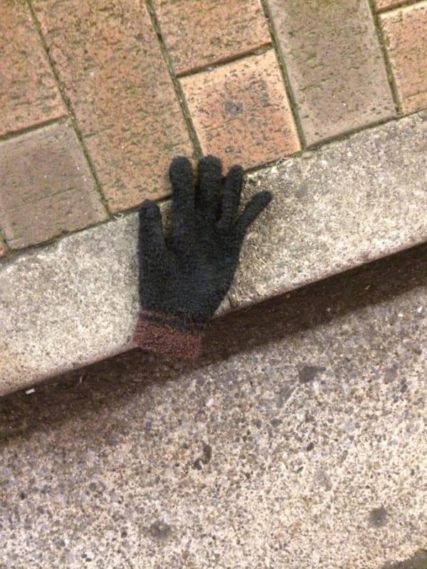 都内の路上で発見! 冬の落とし物界の大スター手袋、その1。(写真/ダーシマ)