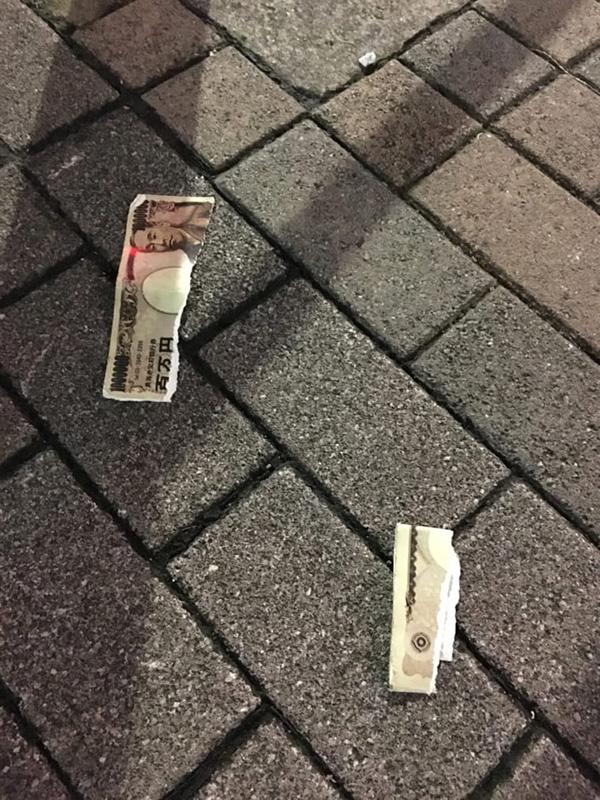杉並区阿佐谷北の路上にて、破り捨てられたお札を発見! 一万円!? (写真/ダーシマ)