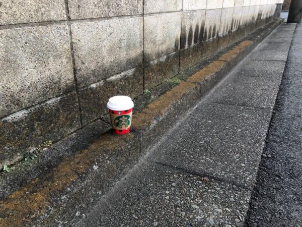 都内の路上で発見したスタバのカップ。どんなメッセージが書いてあるのだろうか?(写真/ダーシマ)