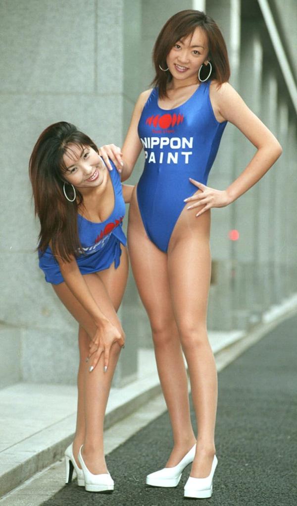 97年のレースクイーン。80年代からの名残を受けているのか、 ハイレグ水着にスポンサー企業ロゴをON。(写真/産経新聞社)