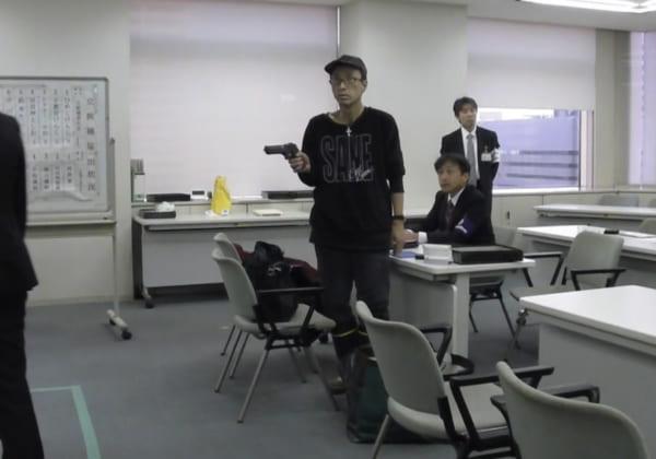 2016年東京都知事選取材にて、根上隆候補に畠山氏がおもちゃの拳銃を向けられたときの様子。(撮影/畠山理仁)