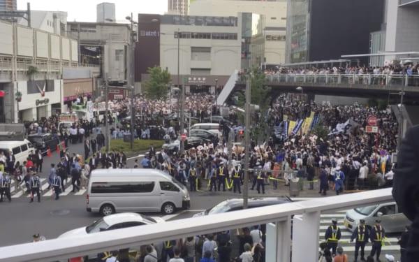 2017年7月の東京都議会議員選挙。あの「こんな人たちに負けるわけにはいかない」発言があった秋葉原駅前での街頭演説。ライブだからこそ遭遇するいろんなシーンがある。(撮影/畠山理仁)