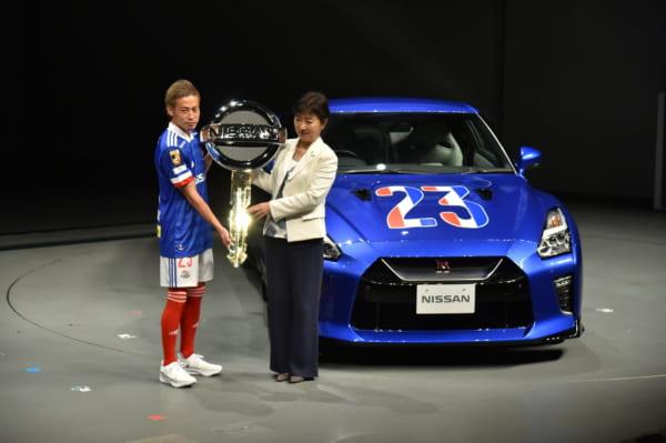 1月11 日に開催された新体制発表会では、日産自動車の星野朝子副社長からGT-Rをサプライズ贈呈された