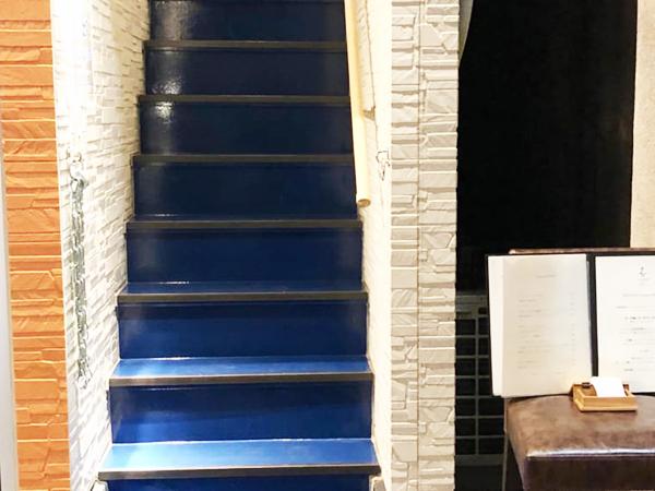 紺碧色の階段は不思議と高揚感があります