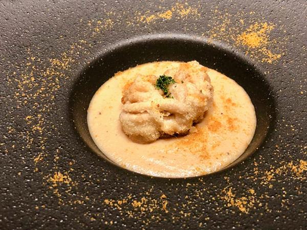 4品目のお魚料理は「真鱈のブランダードヴルーテと白子のセモリナフリットからすみがけ」