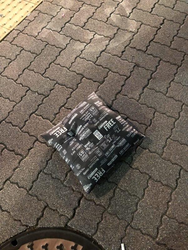 都内の路上で発見した「座布団」。落とし主は山田くんに違いない!?(写真/ダーシマ)