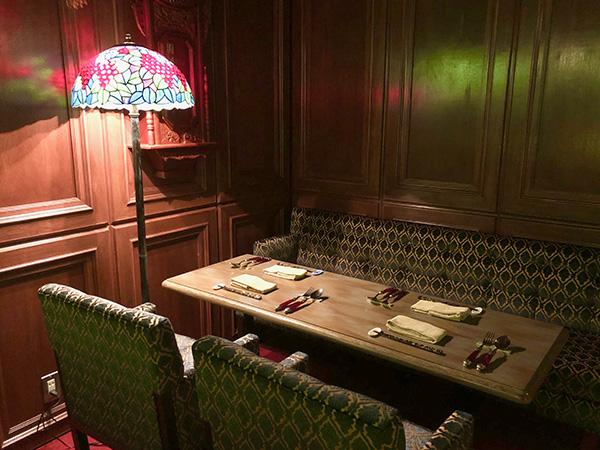 こちらはテーブル席です。ステンドグラスやランプシェードがロマンティックなのです