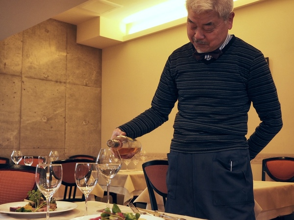 渡部勝さん。25歳で飲食業界に入り、アンドレ・パッション氏、ジャック・ボリー氏などともに働き、渡欧してワインを学んだ