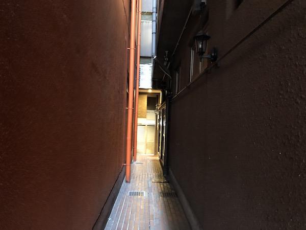 ビルとビルの隙間を入ります