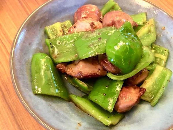 「砂肝と宮崎ピーマンのバター炒め」。宮崎を代表する野菜、ピーマンは日本一の生産量!