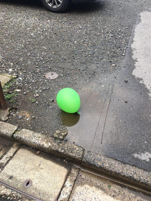 都内の路上で発見したグリーンの風船。ヴェルディカラーともいえる…。(写真/ダーシマ)
