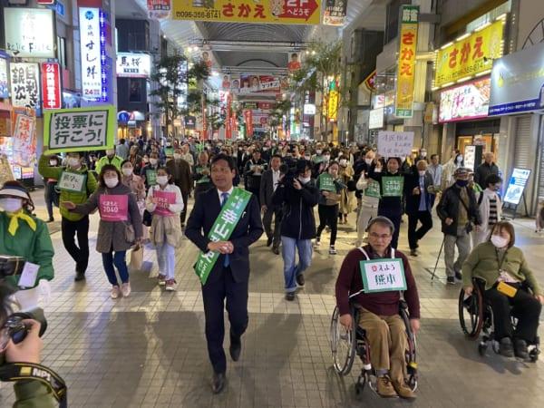 市内を練り歩く幸山候補。有権者と距離をとっての選挙戦となった。(撮影/畠山理仁)