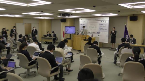 小池東京都知事の会見。記者は距離をとって取材している。(撮影/畠山理仁)