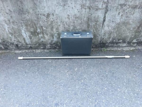 都内で発見したアタッシュケースと物干し竿の落とし物。(写真/ダーシマ)