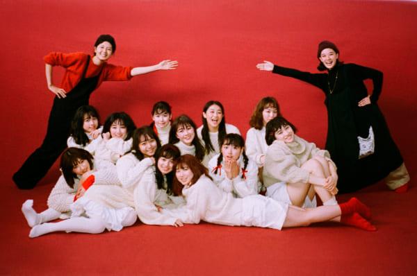 全メンバーとのラストカット後に記念写真。蒼井・菊池両編集長は、すべての企画の衣装合わせから撮影にも立ち会いました。(撮影/澤田健太)